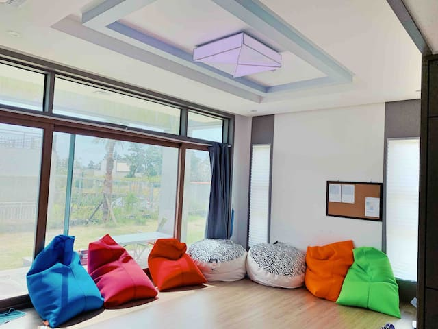 슈만하우스; 퀸사이즈 6개, 마당 200평, 86인치 TV, 혁신도시 전원주택,구글본사느낌