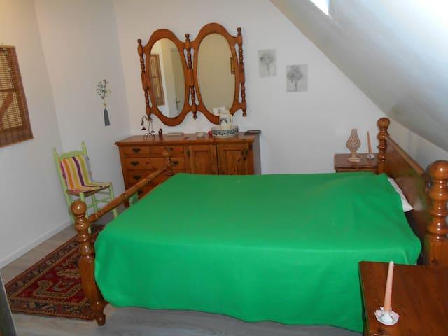 chambre verte avec salle de bain - Montbazens - Ház