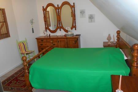 chambre verte avec salle de bain