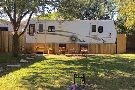 Stallone's South Austin Hideaway! - Austin - Camper/RV