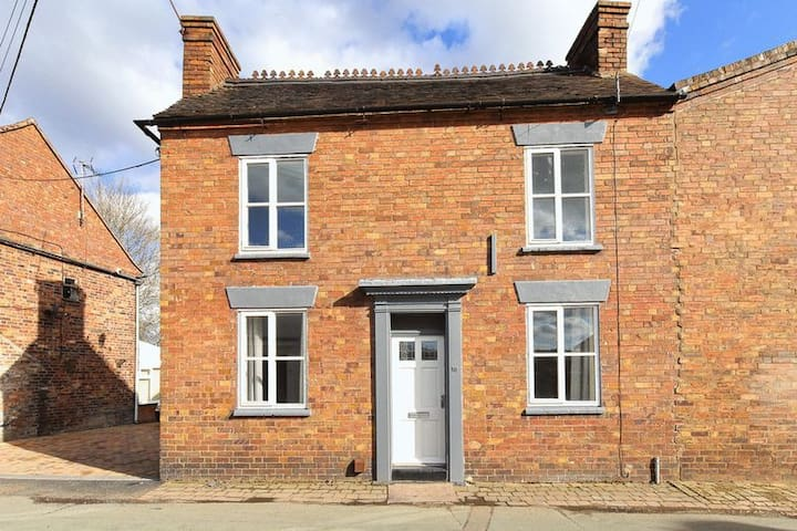 IRONBRIDGE-18th CENTURY 3 BEDROOM COTTAGE (5 BEDS)