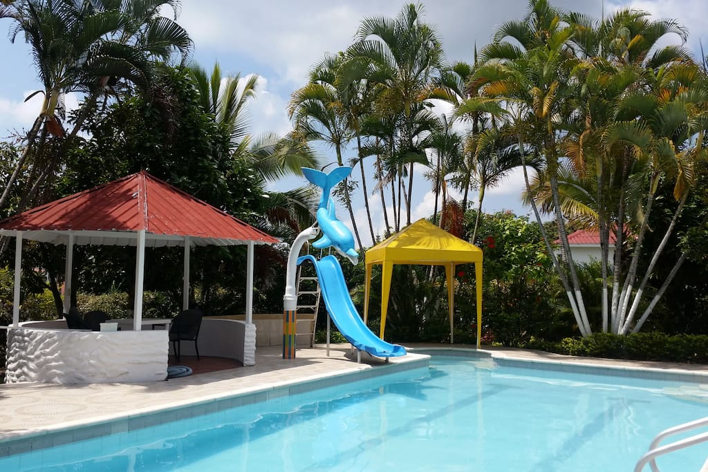 piscina con rodadero y kiosko
