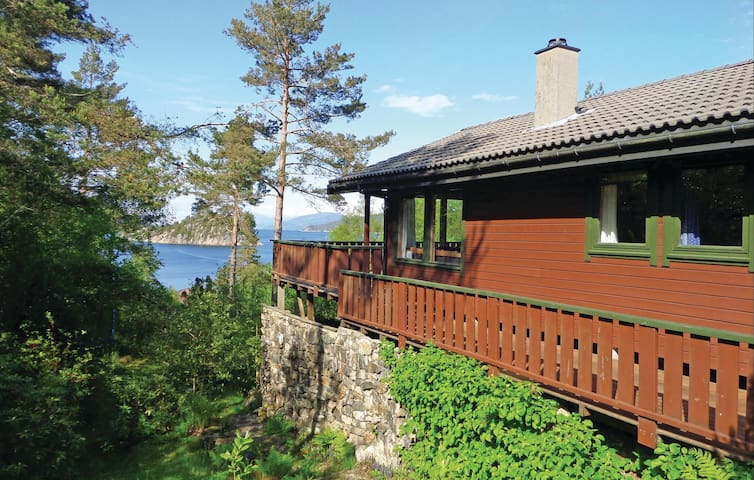 Holiday cottage with 3 bedrooms on 65 m² in Valevåg