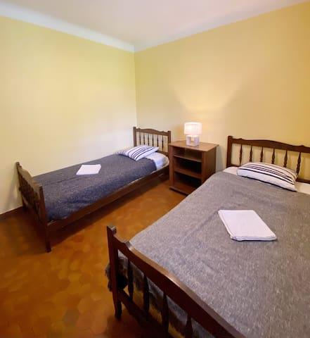 Chambre 2 lits 1 place RDC.