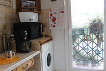 Entrée cuisine, vue 2 vers fenêtre du balcon