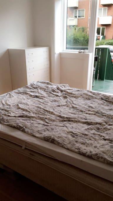 Halvandenmands seng hvor der sagtens kan ligge 2 voksne