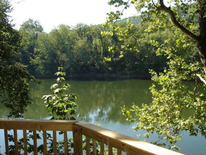 Secluded Cottage Waterfront Pohatcong 1 hr to NYC