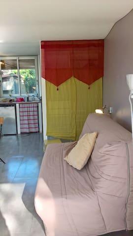 Intérieur Studio : canapé-lit, penderie