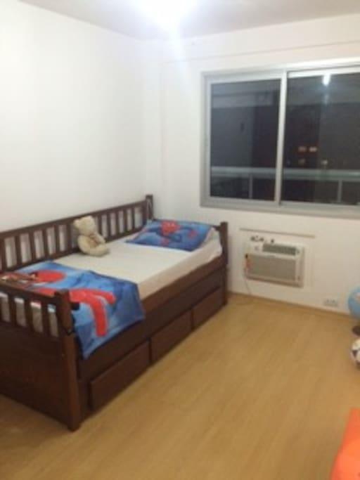 quarto com bi-cama.