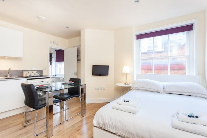 Modern Soho Studio En-Suite & Kitchenette