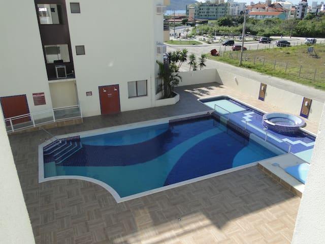 Conforto, piscina e alegria a 50m do mar. Apto 313