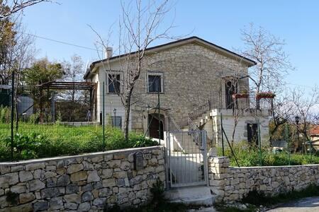 Tipica casetta singola in pietra della Majella
