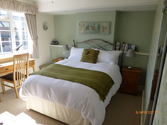 Comfortable Accomodation, stairs to private Annexe - Newbury - Talo