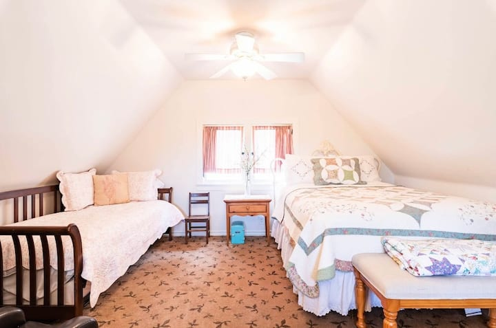 Great for kids! 1 queen 2 twin-Walk to village!