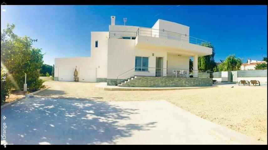 Casa moderna con piscina privada y vistas al mar