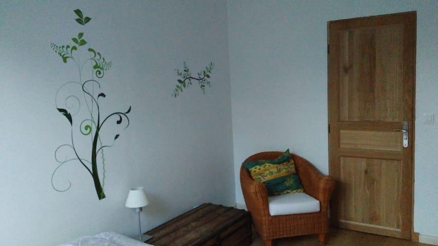 chambre verte côté salle de bain