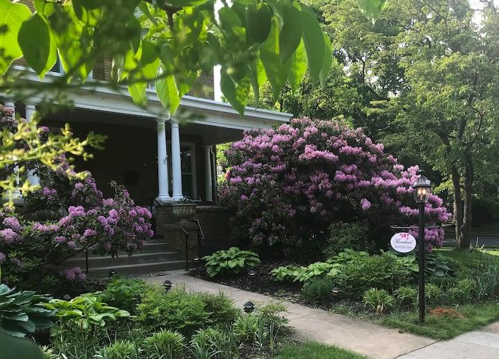 Lenore's Room - Mooreland Garden Inn