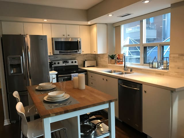 Luxury in downtown core by CN Tower/ MTCC/Union