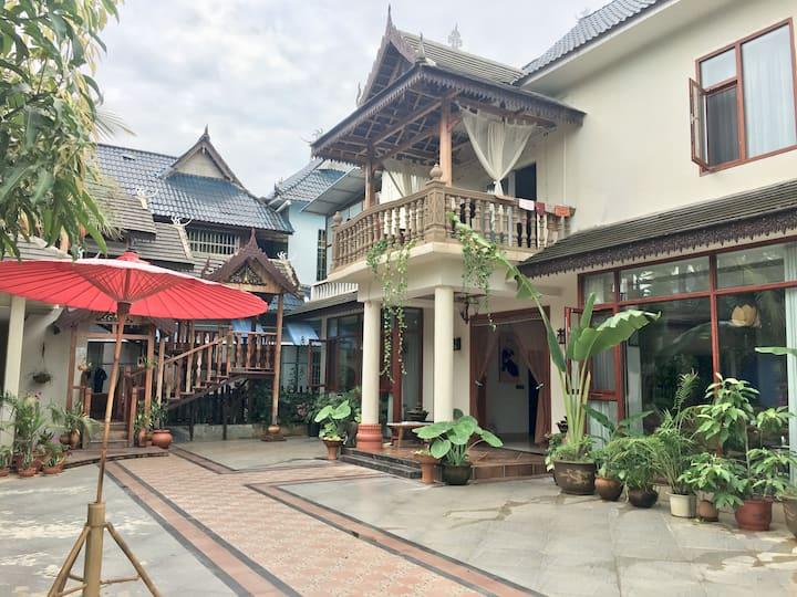 版纳雨林中的滴哩傣苑(6房6卫2厅)免费双早连住优惠临近大佛寺和机场在傣寨中