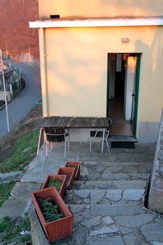 L'ingresso del monolocale con tavolo e seggiole sul terrazzino