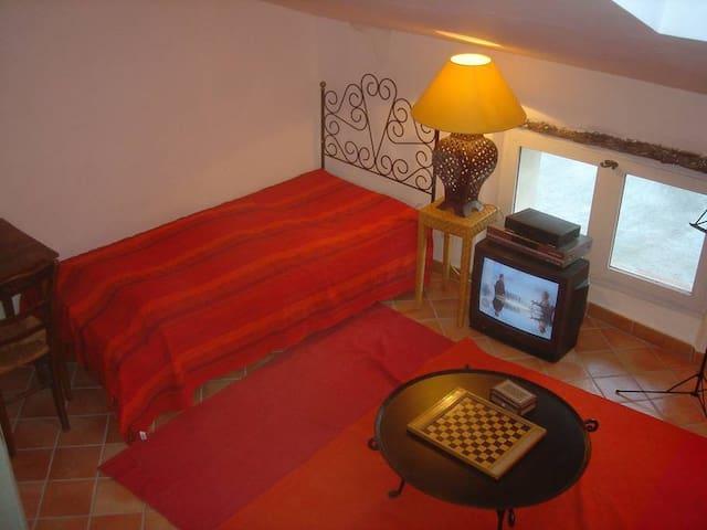Deux lits peuvent être rassemblés pour faire un couchage double.