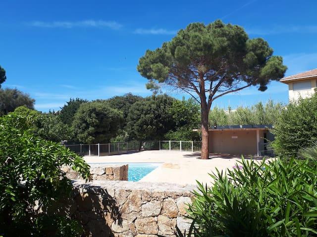 Au centre de Calvi avec parking,  piscine, clim