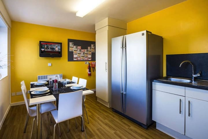 4 bedroom apartament family-friendly - Stoke-on-Trent - House