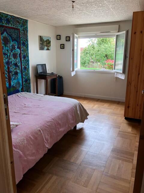 Chambre avec accès privé dans village très calme .