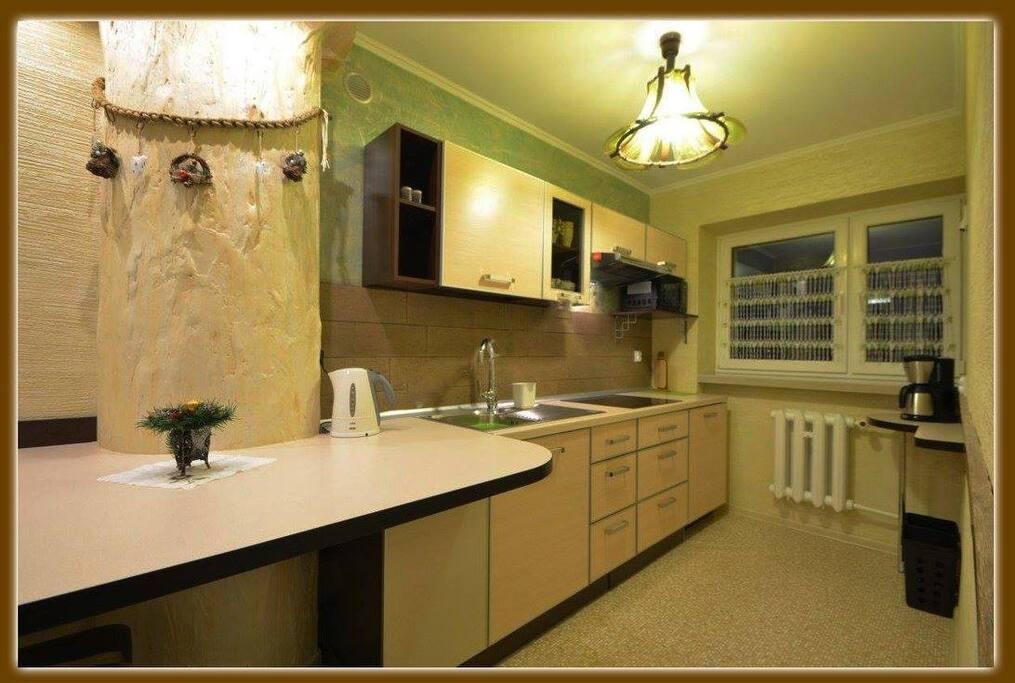 kuchnia z jadalnią, naczynia,garnki, lodówka , mikrofala, czajnik, ekspres do kawy