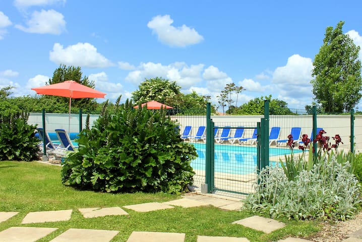 Les Chardonnerets - Large gite for 24 with pool - Mouzeuil-Saint-Martin - Haus