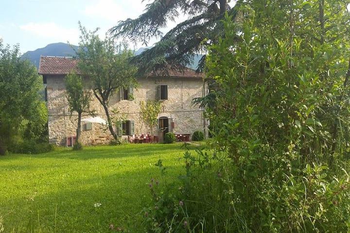 Pintoresca Casa Vacacional en Imola con Piscina Compartida