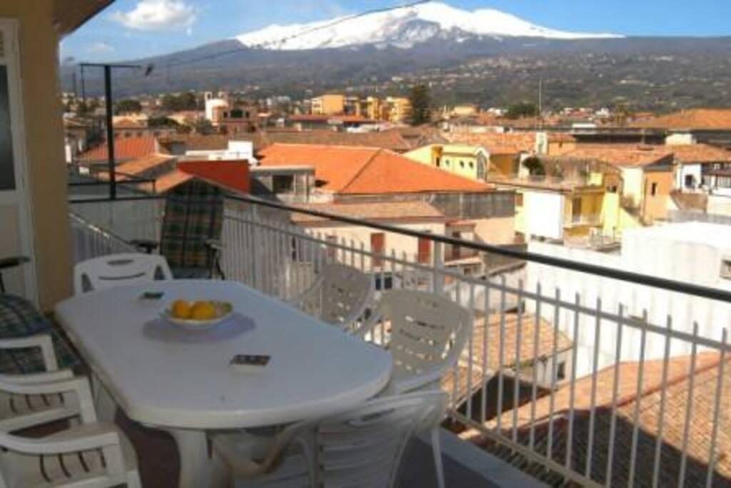 terrazzino con vista sul porto turistico/Etna