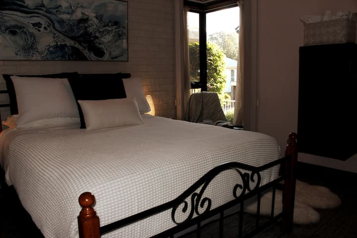 Master bedroom with comfy queen bed and quality linen. Plenty of storage with built in robe and shelves.