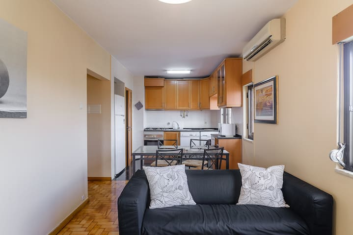 Nice, well-lit apartment with views, near airport