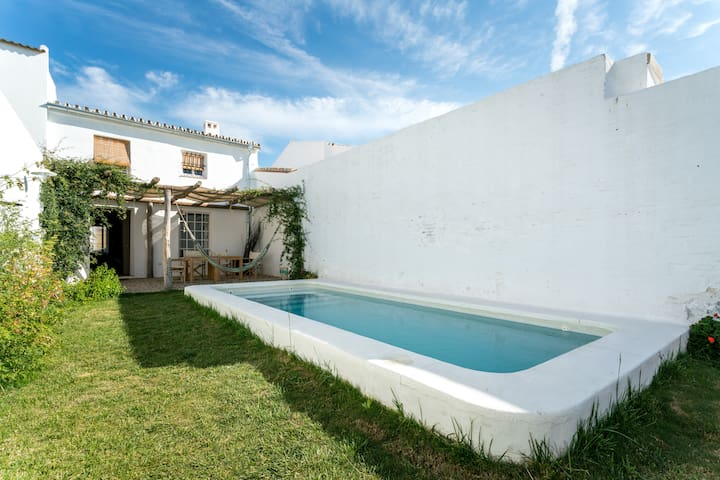 Private pool+garden, free WIFI, very near Sevilla