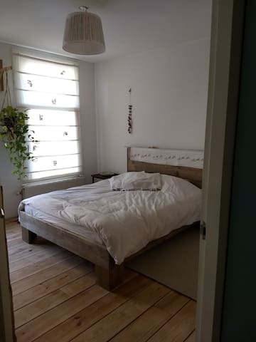 Light double bed room close to the city