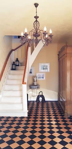 Eingangsbereich mit Holztreppe ins Obergeschoss