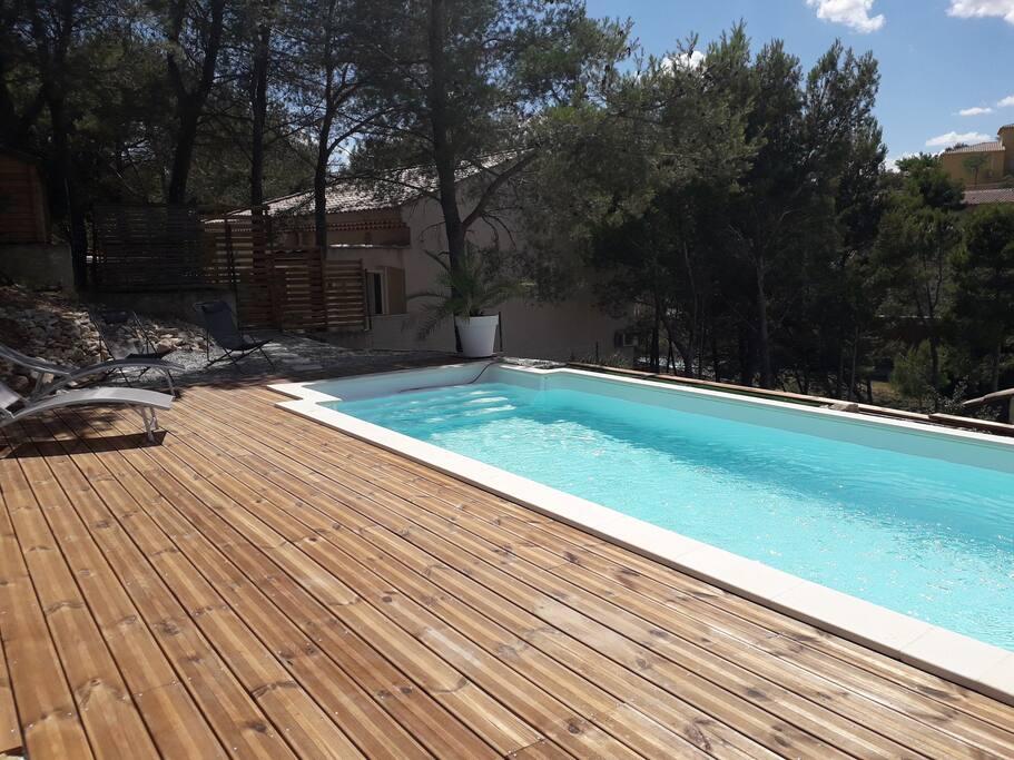Belle piscine avec grande terrasse