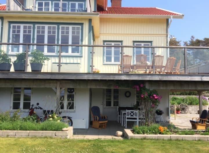 Havsnära lägenhet i villa