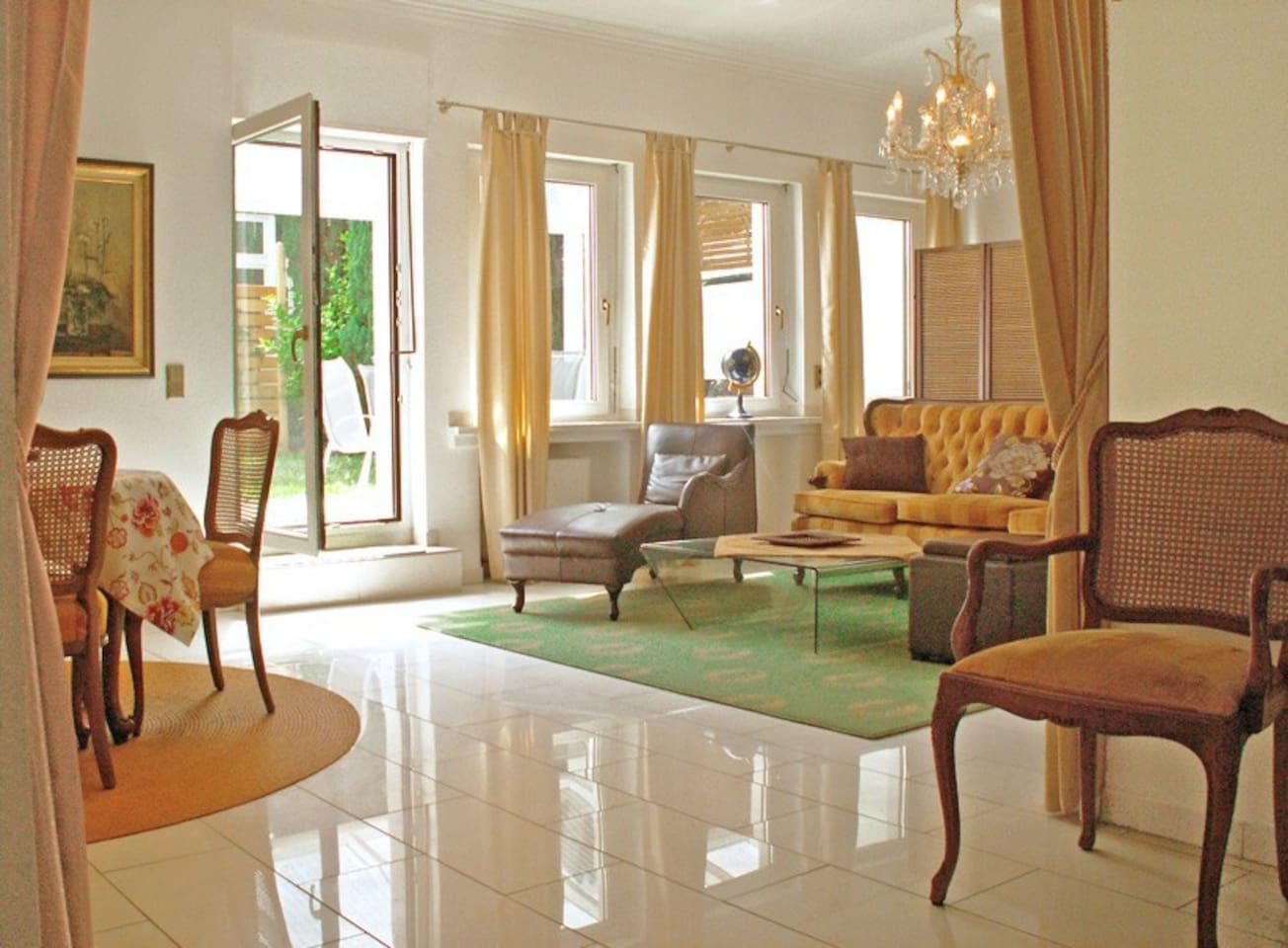 Wohnzimmer mit Essplatz und Ausgang zur Terrasse