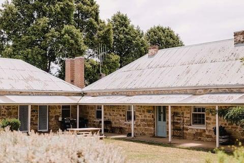 2 Bedroom Stone Cottage - Markdale sleeps 4