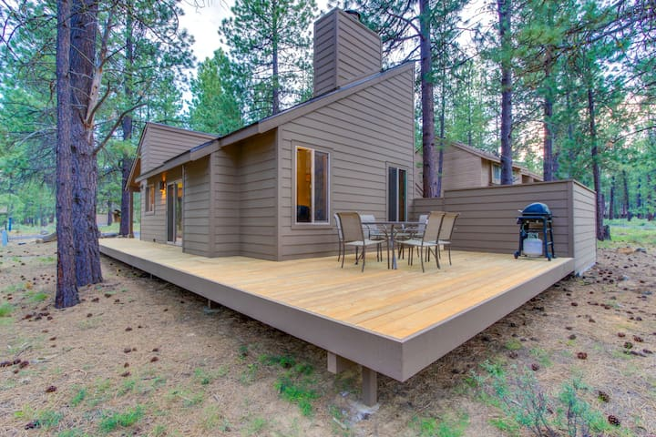 Renovated cabin w/ private hot tub, entertainment & SHARC access!