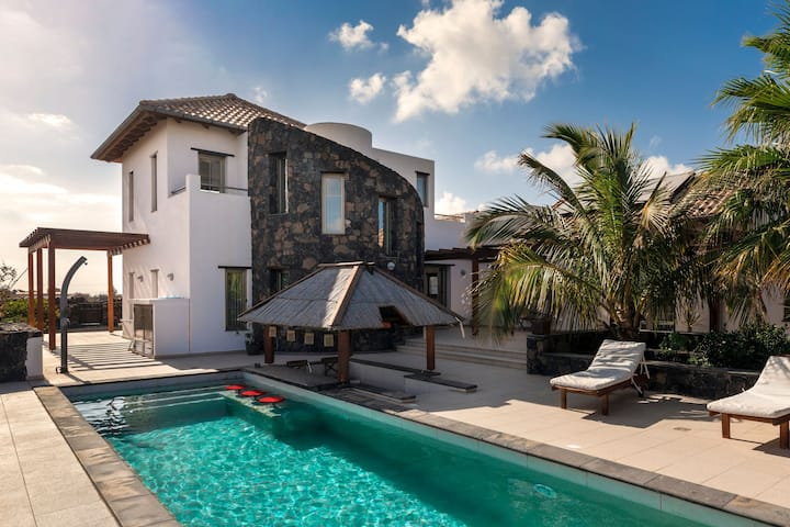 Beautiful Villa with Pool, Pool Bar, Terraces & Wi-Fi; Parking Available