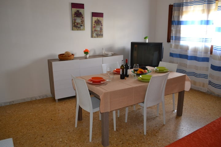 Charming Apartment Vicino alla Spiaggia with Ventilators & Terrace; Parking Available, Pets Allowed