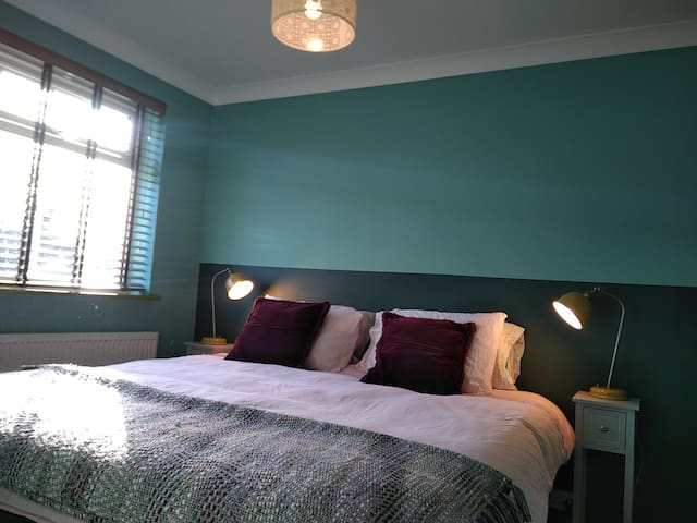 Front bedroom, can be a double (180x200cm) or two twin beds (90x200cm).