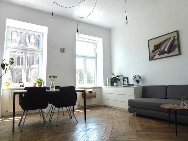Private room in charming apartment close to centre