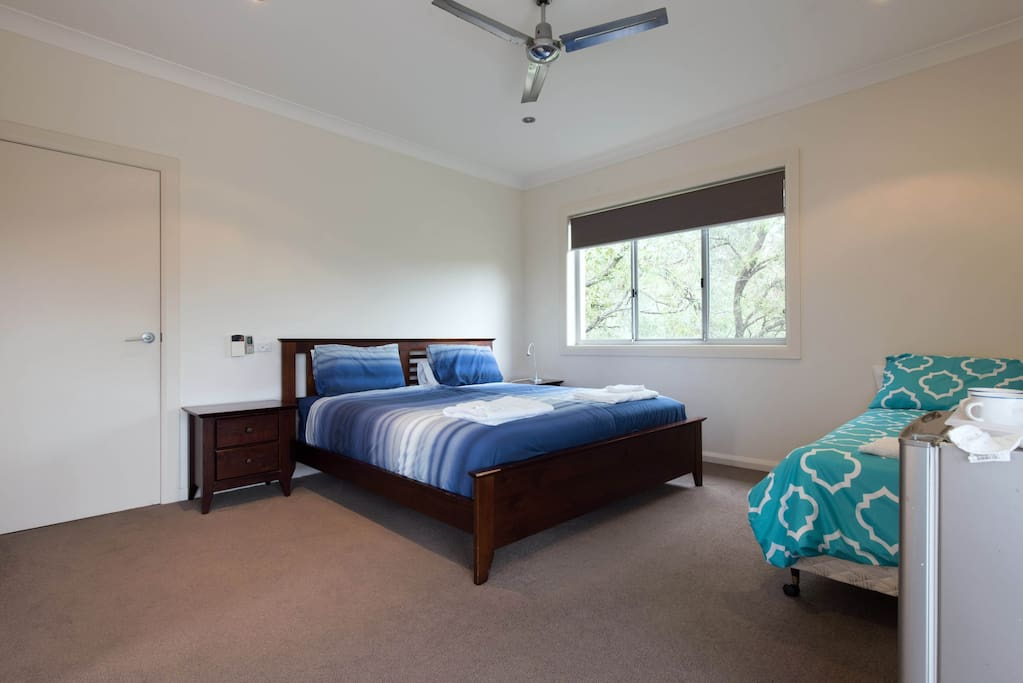 riesiges zimmer mit kingsize bett platz f r 5 h user. Black Bedroom Furniture Sets. Home Design Ideas