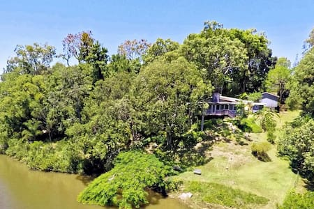 Private riverfront house amongst the trees - Lawnton - บ้าน