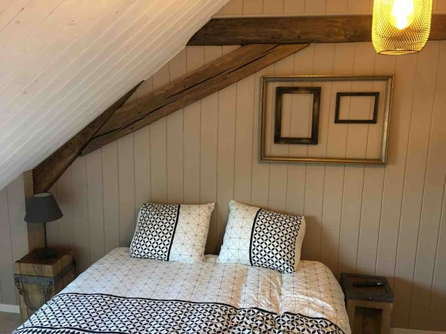 Chambre avec le lit 160 et smart tv