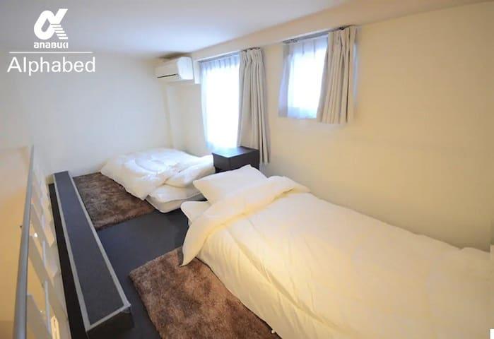 ロフトにはシングルベッドを2台配置